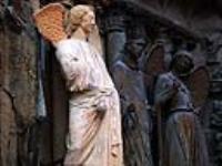 Розовый ангел на фасаде Реймского собора.